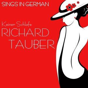 Sings in German: Keine Schlafer