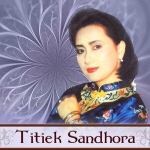 Hits Titiek Sandhora