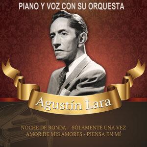 Piano y voz con su orquesta