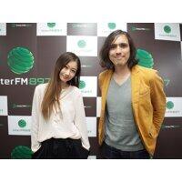 DJの野村雅夫さん(右)と。