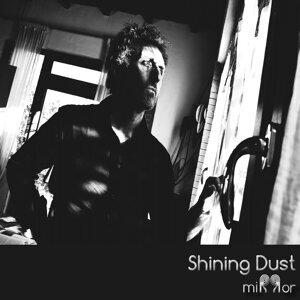 Shining Dust 歌手頭像