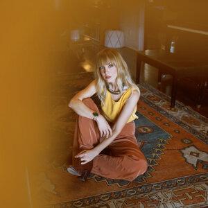 Laura Burhenn Foto artis