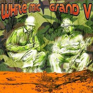 White Mic, Grand Visitor Foto artis