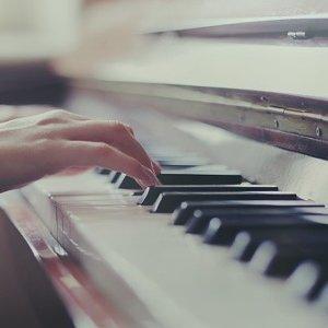 指尖流露出溫柔旋律
