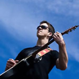 彈著吉他,我們追夏天的尾巴