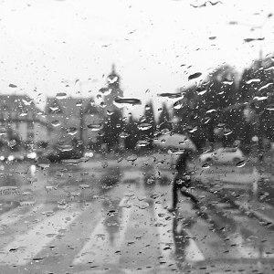 雷聲隆隆,看著窗外的雨覺得好憂鬱啊!