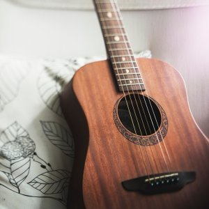 木吉他陪我靜靜看書