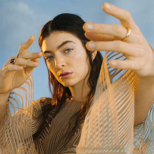 Lorde 蘿兒 全輯:用狂想曲交織心碎與真誠的創作女聲(08/20 更新)