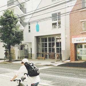 手持冰咖啡散步東京