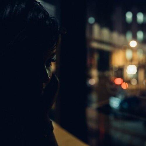 夜裡,哀愁趁縫而入