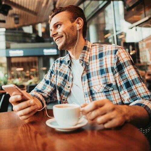 一杯咖啡與耳機 ☕️ 獨享的悠閒時光🎧