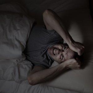 思緒紛亂的失眠夜晚